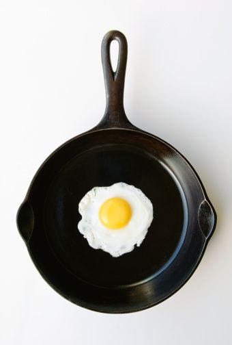 на какой сковороде можно жарить без масла