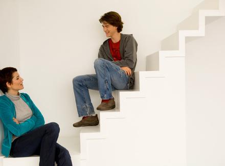 Мать разговаривает с подростком