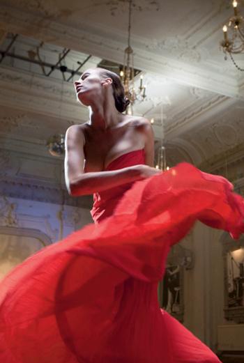 Платье, Louis Vuitton; перчатки, Burberry Prorsum; браслет, Cartier; туфли, Vivienne Westwood; колготы, Fogal
