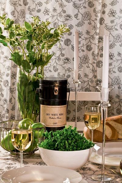 Чтобы орнаменты (например, на шторах и скатерти) не противоречили друг другу, проще всего выполнить оба изделия из одной ткани. Белое вино можно предложить в графине, отдав тем самым должное традиции небольших европейских ресторанов.