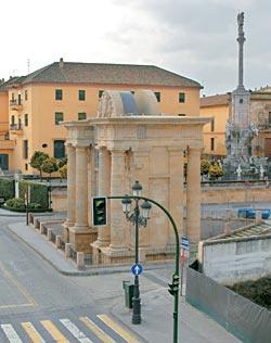 Триумфальная арка при входе на Римский мост воздвигнута в 1571 году, в честь успехов короля Филиппа II