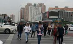 В Китае начали штрафовать тех, кто переходит улицу уткнувшись в телефон