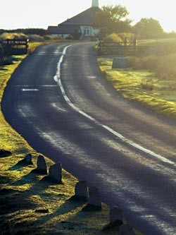 Путешествие по «шерлокианским» местам пролегает дорогами сельской Англии: оно ведет к старинным университетам и бывшим усадьбам, включает в себя сотни километров национальных природных парков, петляет мимо берегов океана и скалистых вершин Дартмура…
