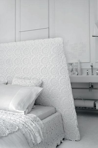 Кровать Rosanna, обтянутая полотном, связанным крючком, и набор постельного белья, дизайн Паолы Навоне для Ivano Redaelli, галереи Arte di Vivere.