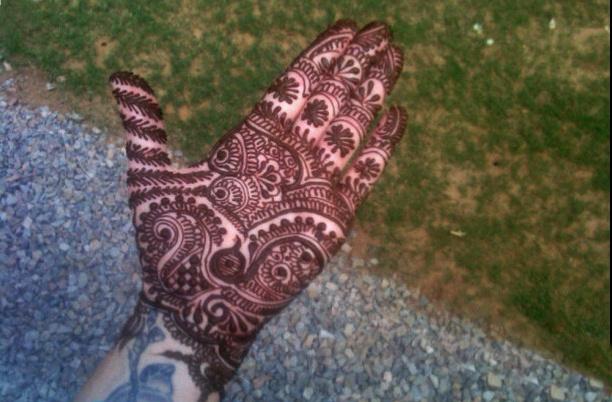 Перед церемонией жениху и невесте на руки нанесли рисунки хной.