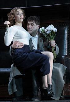 Елену Андреевну играет Анна Дубровская, а Войницкого - Сергей Маковецкий.