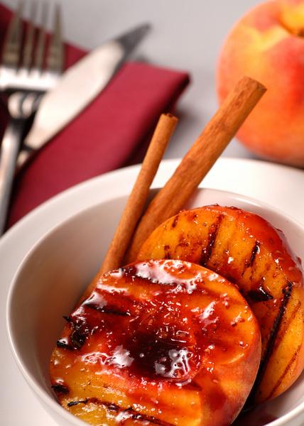 Отличный сочный десерт на гриле получается из бананов, ананасов, манго, нектаринов, груш и яблок.