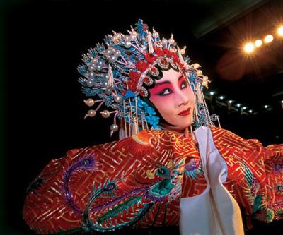 Студентка III курса Академии традиционного театрального искусства Ван Пань в образе наложницы Ян Гуйфэй. На создание образа — искусственные локоны приклеиваются прямо к коже — ушло не меньше двух часов