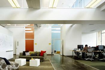 Мансарда – самое светлое место бывшей лаборатории. Чтобы это подчеркнуть, стены на верхнем этаже были выкрашены дизайнерами в белый цвет.