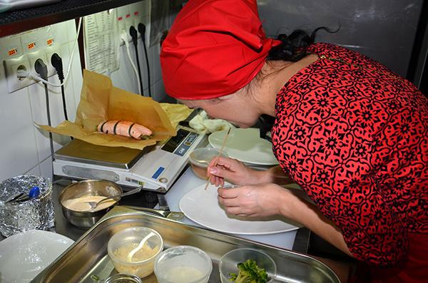 Виленс Черноярова готовит золотистый рулет из лосося