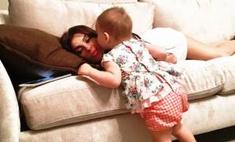 Милота дня: дочка Лены Темниковой уложила маму спать