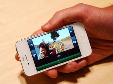 Мобильный телефон в руках водителя