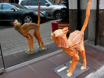 Скульптура испуганного кота в Киеве