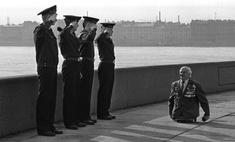 фотографии моряки отдают честь безногому ветерану великой отечественной