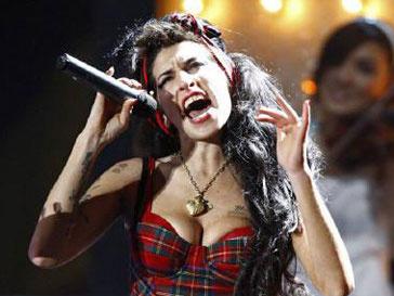 Эми Уайнхаус (Amy Winehouse) стала жертвой алкоголя