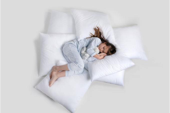 Девочка в подушках