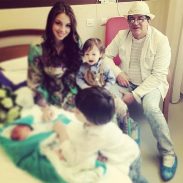 Дмитрий и Полина Дибровы с ребенком фото