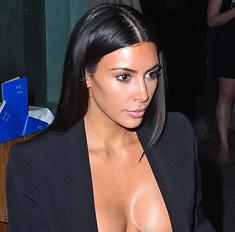 Ким Кардашьян сверкнула грудью в прозрачном лифчике