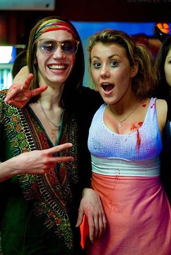 Если еще не придумали, какой костюм соорудить на Хеллоуин, отделайтесь малой кровью – разведите красную гуашь с водой и капните себе на грудь, платье или нарисуйте струйку под губой...
