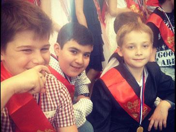Сын Тины Канделаки Леонтий (слева) с друзьями на школьном празднике