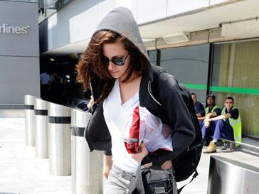 Кристен Стюарт (Kristen Stewart) считает себя девчонкой, которой всегда будет комфортно в обычных джинсах и футболке