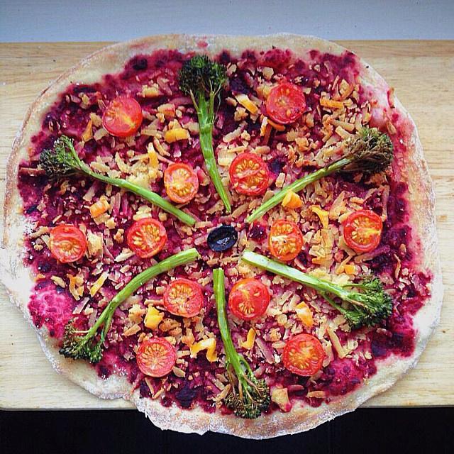 Пряная пицца со свекольным муссом