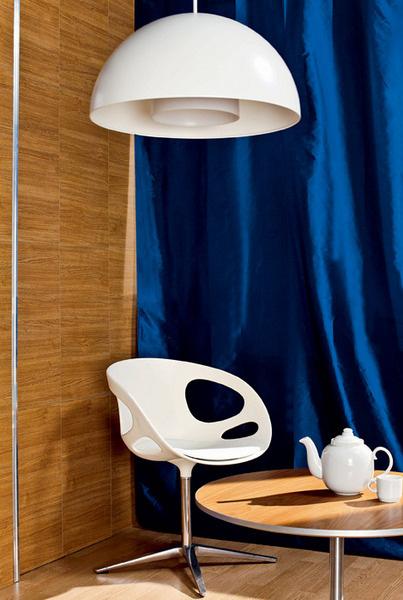 Светильник подвесной «ИКЕА 365+Браса» (ИКЕА), 1990 руб.; Кресло Rin (Fritz Hansen, Дания), 28208 руб., Design Boom; Журнальный столик (Fritz Hansen), 65 000руб., Design Boom