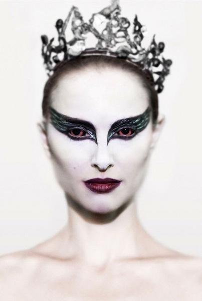 Бордовые губы, забеленное лицо, подведенные черным глаза – такой непривычный сценический макияж делает Натали Портман неузнаваемой.