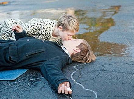 Анабель (Миа Васиковска) и Энок (Генри Хоппер) постигают главную тайну жизни — любовь бессмертна.