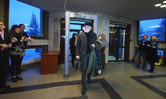 Микеле Плачидо входит в драмтеатр