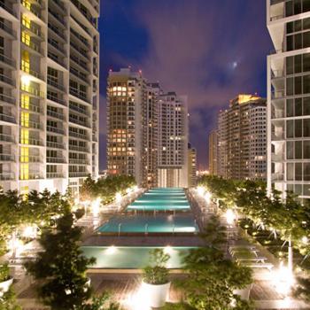 Отель Viceroy Miami (США). В Майами, городе с сотнями бассейнов, появилось местное чудо света: громадный бассейн на 15 этаже отеля - с потрясающим видом на высоченные небоскребы. Можно загорать в шезлонге, можно нежиться в джакузи или плескаться в диковинном бассейне размером с футбольное поле - заскучать в центре Майами будет сложно.