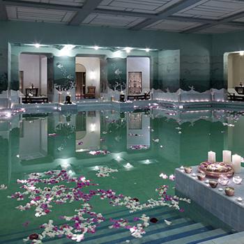 Отель Umaid Bhawan Palace (Индия). Язык не поворачивается назвать это здание отелем - скорее, дворец с 347 роскошными номерами. Не трудно догадаться, что в местном бассейне сложно заниматься спортом, так как все в нем настроено на романтическую волну: мягкий свет от свечей и лепестки роз, которые в большом количестве плавают на поверхности.