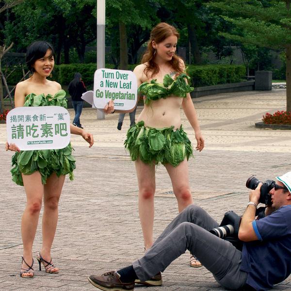 Две активистки движения в защиту прав животных PETA дефилируют в нарядах из салата-латука в столице Тайваня Тайпее, призывая людей становиться вегетарианцами.