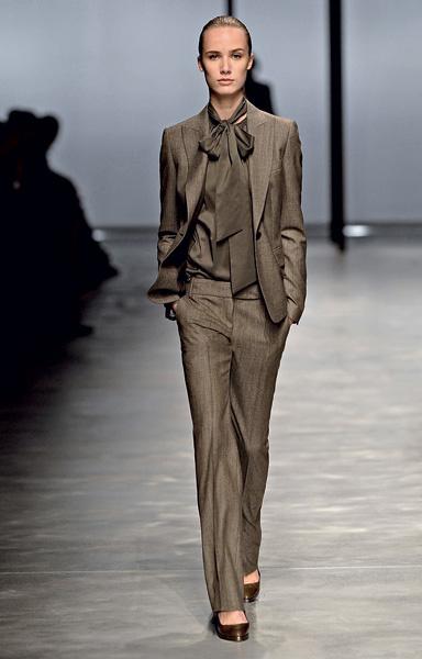 Мужской костюм с женственной полупрозрачной блузкой.