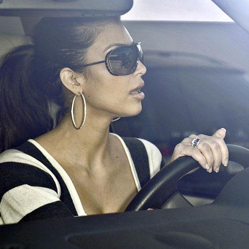 Ким за рулем своего автомобиля