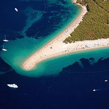 Галечно-песчанный мыс способен менять свои очертания - в зависимости от направления ветра и морских течений.