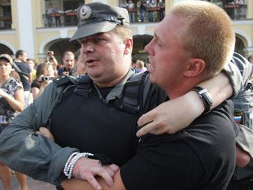 Милиционер Вадим Бойко усмирял митингующих рукой в красивом жемчужном браслете
