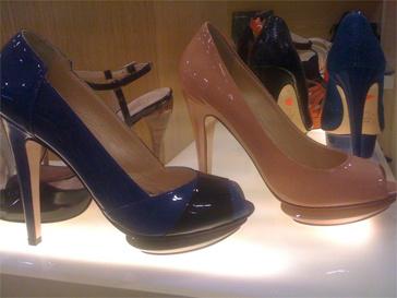 """Виктория нашла пары туфель и для тех, кто не любит """"светофорные сочетания""""."""