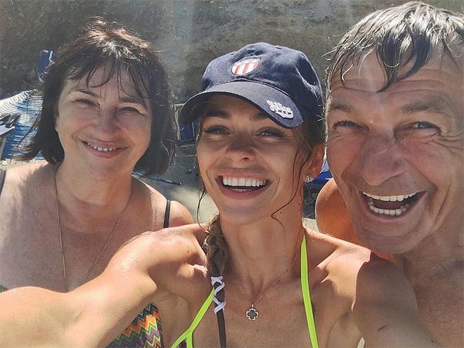 Анна Хилькевич, актриса, с родителями, фото