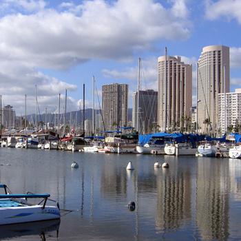 Пристань с десятками роскошных яхт находится в столице Гавайев - Гонолулу.