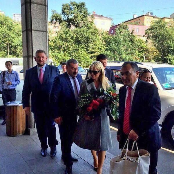 Памела Андерсон прилетела во Владивосток на экономический форум