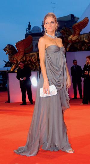 На красных ковровых дорожках знаменитости регулярно появляются в платьях Dior, придуманных Джоном Гальяно.