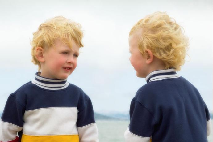 Ребенок и его отражение