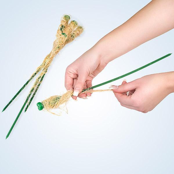 Подготовим флористические колбы, в которых наши цветы долго смогут сохранить свою свежесть. Наливаем в колбы воду и закрываем крышечками. Теперь их нужно задекорировать. Обматываем колбочки кокосовым волокном, фиксируя его при помощи проволоки-«бульонки». Проволоку наматываем и на штекер каждой колбы.