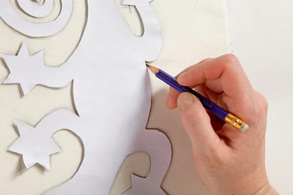 Используя обычный карандаш, вырезанное из картона или плотной бумаги изображение саламандры переносят на хлопковую ткань.