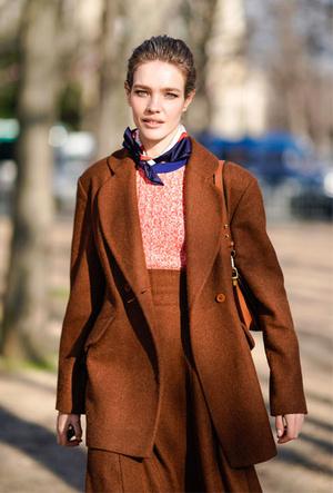 Фото №3 - Как носить шелковые платки: 10 самых простых и стильных способов