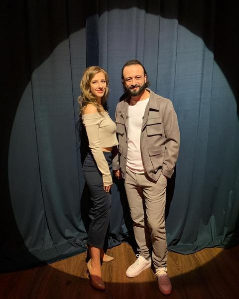 Фото №2 - «Влюблена, как кошка»: Лиза Арзамасова и Илья Авербух пришли на «Вечерний Ургант» в качестве пары