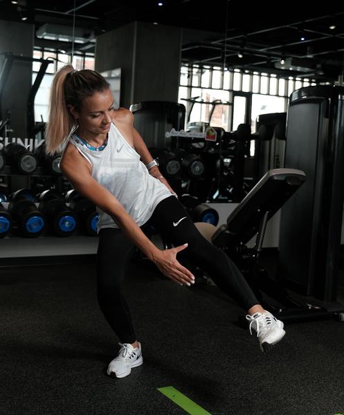 Фото №3 - Как избавиться от «ушек» на бедрах: упражнения на 5 минут
