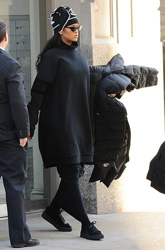 Фото №36 - Это слишком: как Рианна «помешалась» на одежде oversize