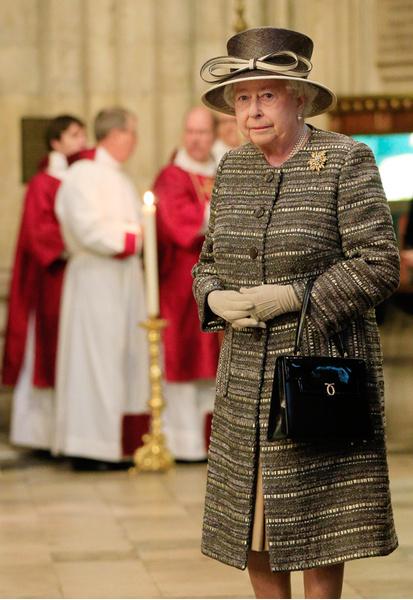 Фото №5 - Как отличить Королеву: каблук 5 см, сумка Launer, яркое пальто и никаких брюк